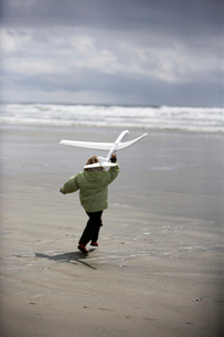 Child running with plastic airplaneの写真素材 [FYI01985790]