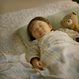 ベッドで眠る女の子の写真素材 [FYI01985803]