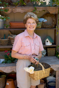 Woman smiling with gardening toolsの写真素材 [FYI01985814]