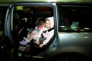 Young girls in backseat of SUVの写真素材 [FYI01985837]