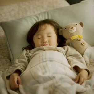 ベッドで眠る女の子の写真素材 [FYI01985874]