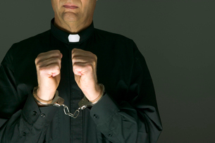 Priest in handcuffsの写真素材 [FYI01985877]