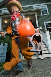 children trick or treating on Halloweenの写真素材 [FYI01985884]