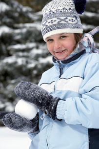 Young girl making snowballの写真素材 [FYI01985911]