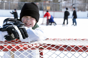 Ice hockey player leaning on goalの写真素材 [FYI01985927]
