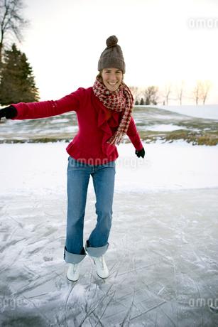 Woman ice-skatingの写真素材 [FYI01985933]