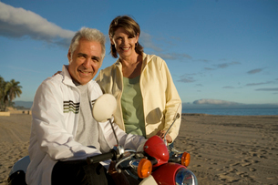 Senior couple riding mopedの写真素材 [FYI01985936]