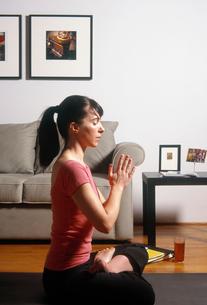 Woman in yoga poseの写真素材 [FYI01985958]