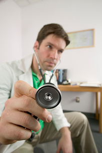 Doctor using stethoscopeの写真素材 [FYI01986018]