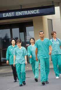 Surgeons walking outdoorsの写真素材 [FYI01986055]