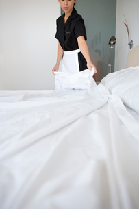 Maid making a bedの写真素材 [FYI01986066]