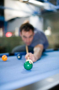 Man playing poolの写真素材 [FYI01986122]