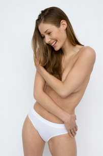 woman standing in underwearの写真素材 [FYI01986151]