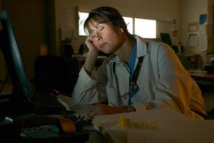 Doctor asleep at deskの写真素材 [FYI01986152]