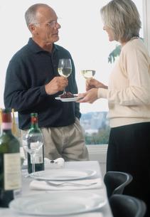 Senior couple drinking wine at dinnerの写真素材 [FYI01986163]