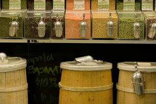 grain dispensers in grocery storeの写真素材 [FYI01986182]