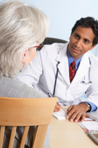Indian doctor talking with patientの写真素材 [FYI01986190]
