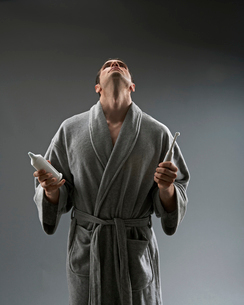 Man in bathrobe with toothbrushの写真素材 [FYI01986200]