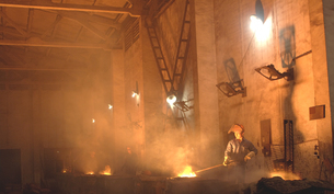 Workers in foundry filling castsの写真素材 [FYI01986217]