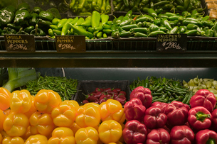 Vegetables for sale in grocery storeの写真素材 [FYI01986270]