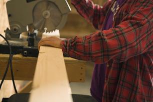 Teenage girl using circular sawの写真素材 [FYI01986276]