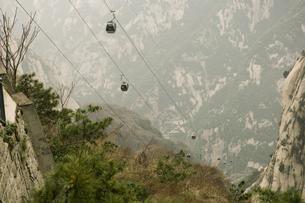 cable cars rising Hua Shan mountainの写真素材 [FYI01986295]