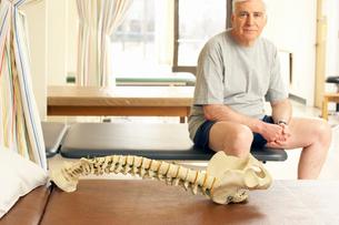 Skeleton sitting on pallet by manの写真素材 [FYI01986350]