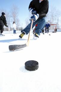 Ice hockey player skating towards puckの写真素材 [FYI01986376]