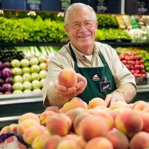 grocery clerk working in grocery storeの写真素材 [FYI01986393]
