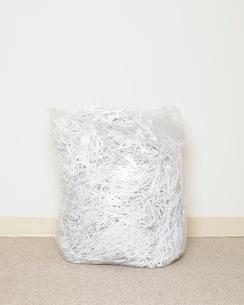 Plastic bag of shredded paperの写真素材 [FYI01986430]
