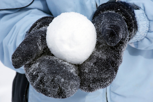 Person holding snowballの写真素材 [FYI01986440]