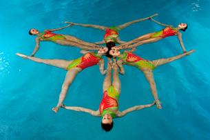 Synchronized swim team performingの写真素材 [FYI01986451]