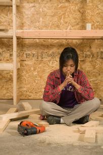 Teenage girl with wood and jigsawの写真素材 [FYI01986494]