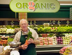 grocery clerk working in organic storeの写真素材 [FYI01986504]