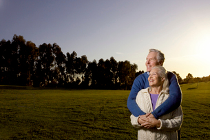 Senior couple embracing in meadowの写真素材 [FYI01986510]