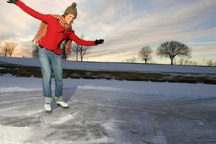 Woman ice-skatingの写真素材 [FYI01986567]