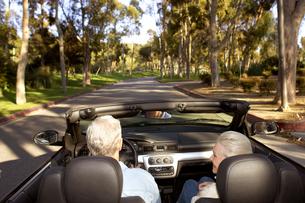 Senior couple driving in convertibleの写真素材 [FYI01986575]