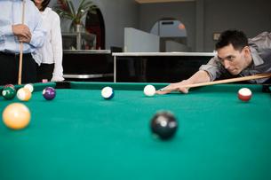 Man playing poolの写真素材 [FYI01986594]