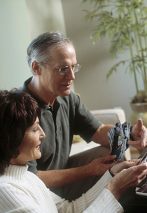 Mature couple looking at photographsの写真素材 [FYI01986612]