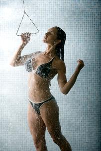 Young woman showering in bikiniの写真素材 [FYI01986707]
