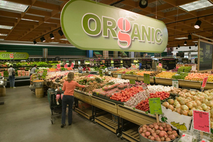 Organic aisle in grocery storeの写真素材 [FYI01986717]