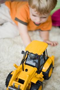 Toddler boy playing with toy bulldozerの写真素材 [FYI01986750]