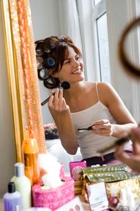 Woman using makeup brushの写真素材 [FYI01986803]