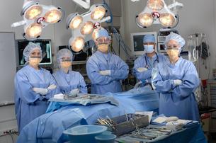 Surgeons in operating roomの写真素材 [FYI01986844]