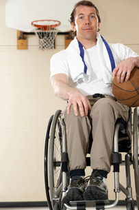Wheelchair-bound man holding basketballの写真素材 [FYI01986867]