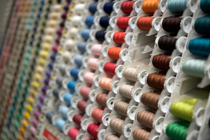 Different colored spools of threadの写真素材 [FYI01986873]