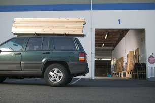 Car loaded with lumberの写真素材 [FYI01986890]