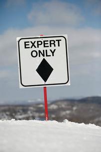 Warning sign on ski slopeの写真素材 [FYI01986915]