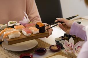 Sushi on table between two peopleの写真素材 [FYI01986921]