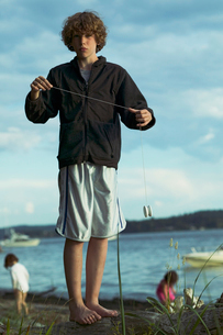 Young boy playing with yo-yo on beachの写真素材 [FYI01986953]
